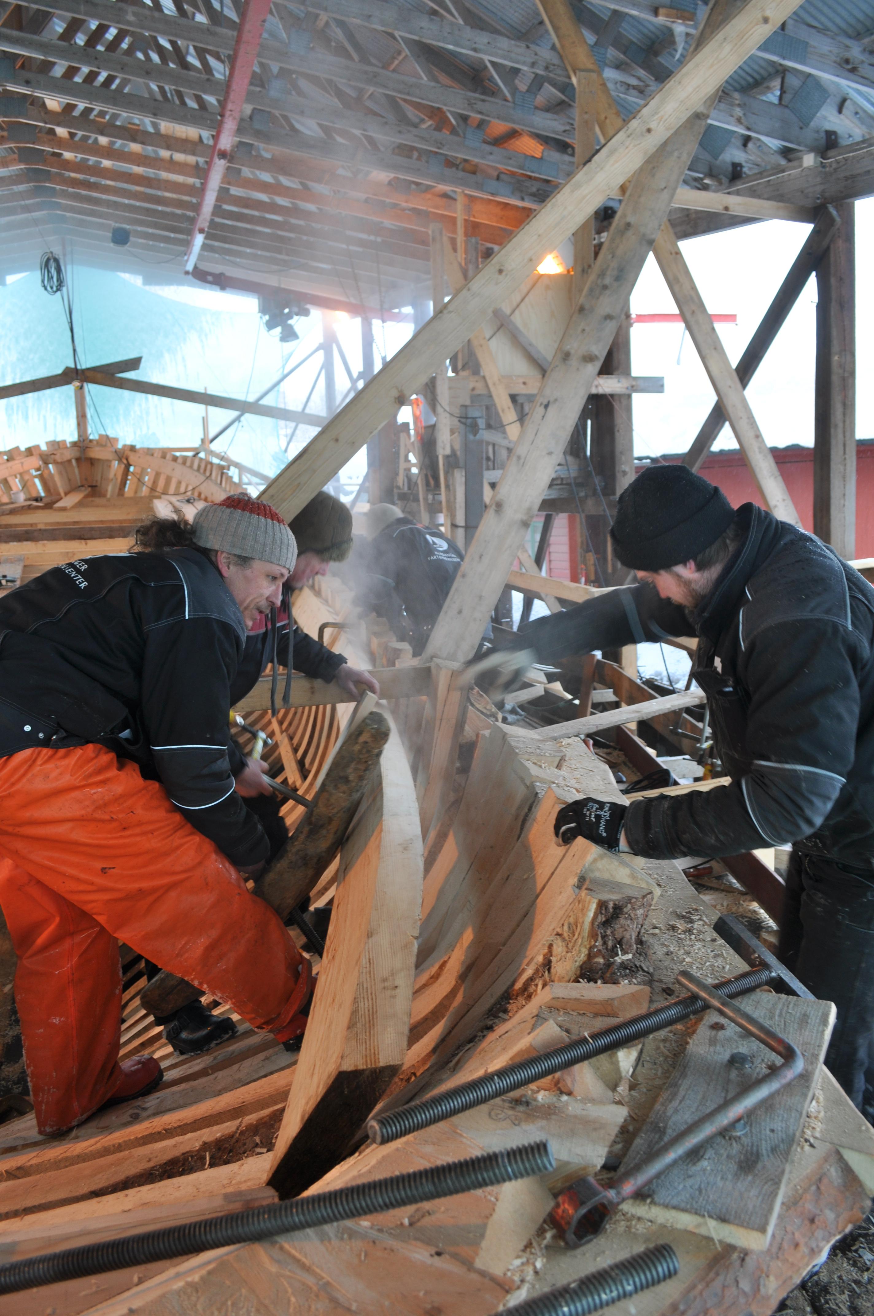 Båtbyggarane festar dampande bjelkeveggar på Arnafjord.