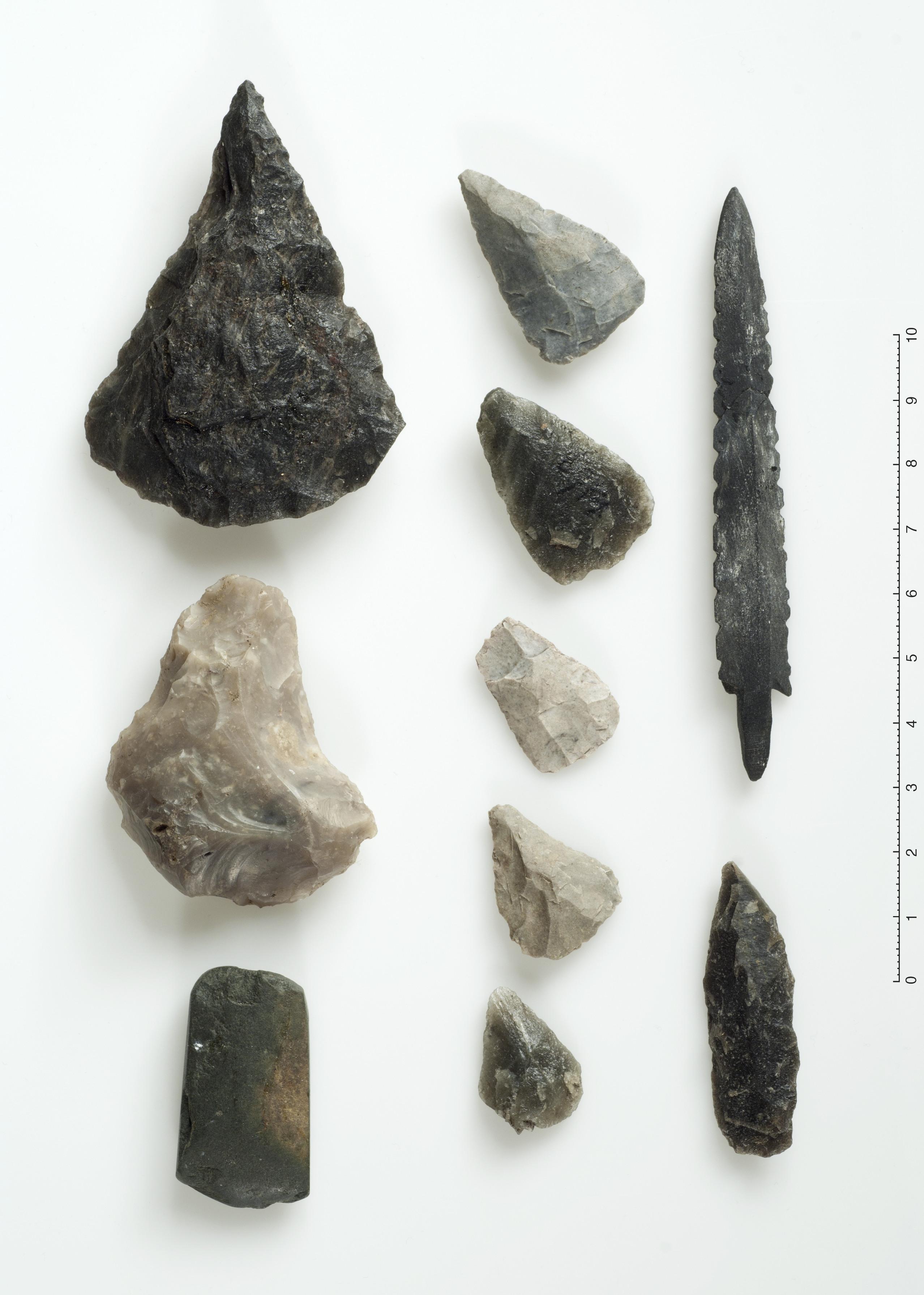 Pilspissar av kvarts og skifer. Nedst til venstre ein skrapar av flint og ein steinøks av grønstein.