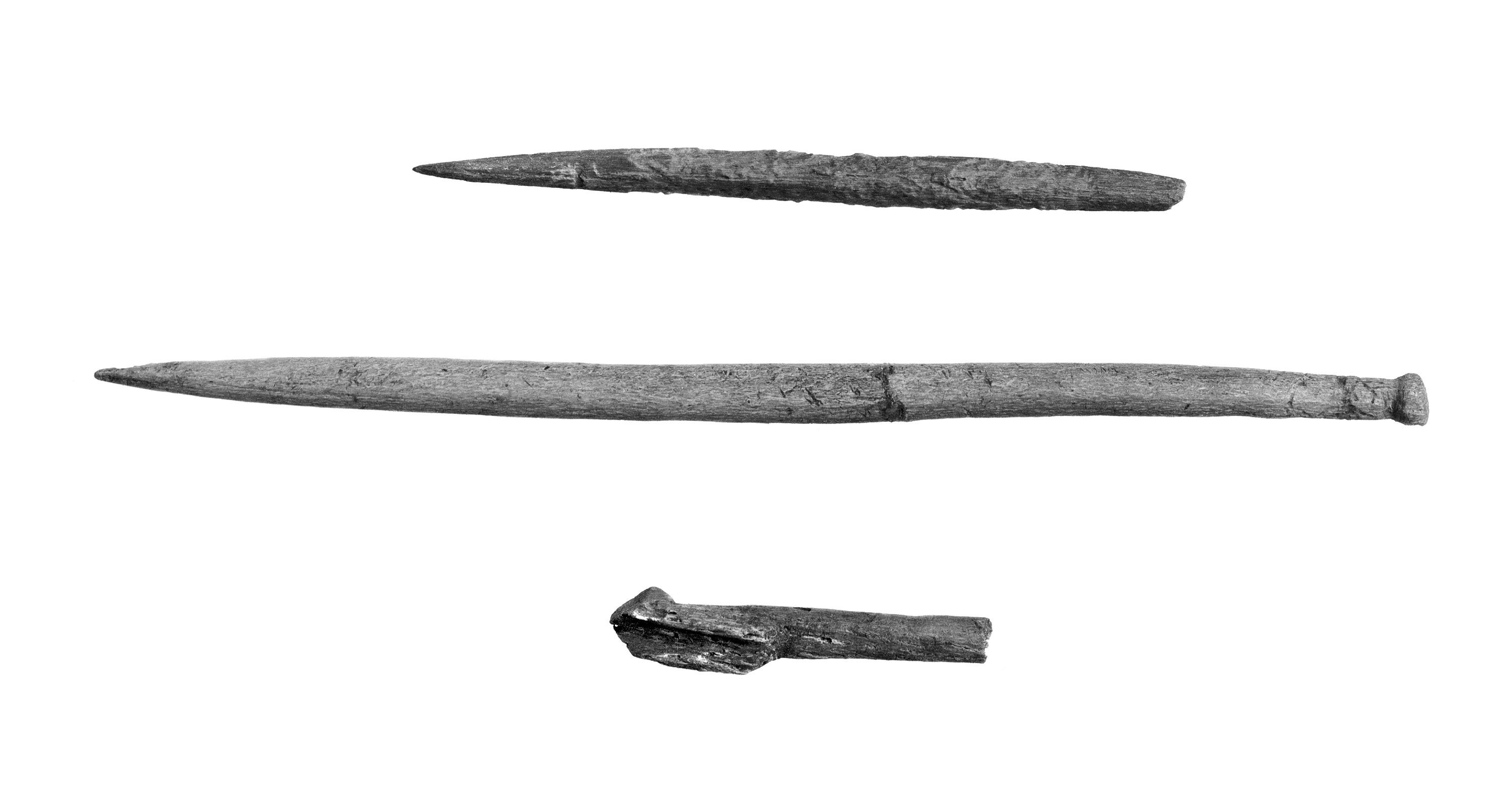 Beinpiler, nål og del av samansett beinkrok frå steinalderlaga.