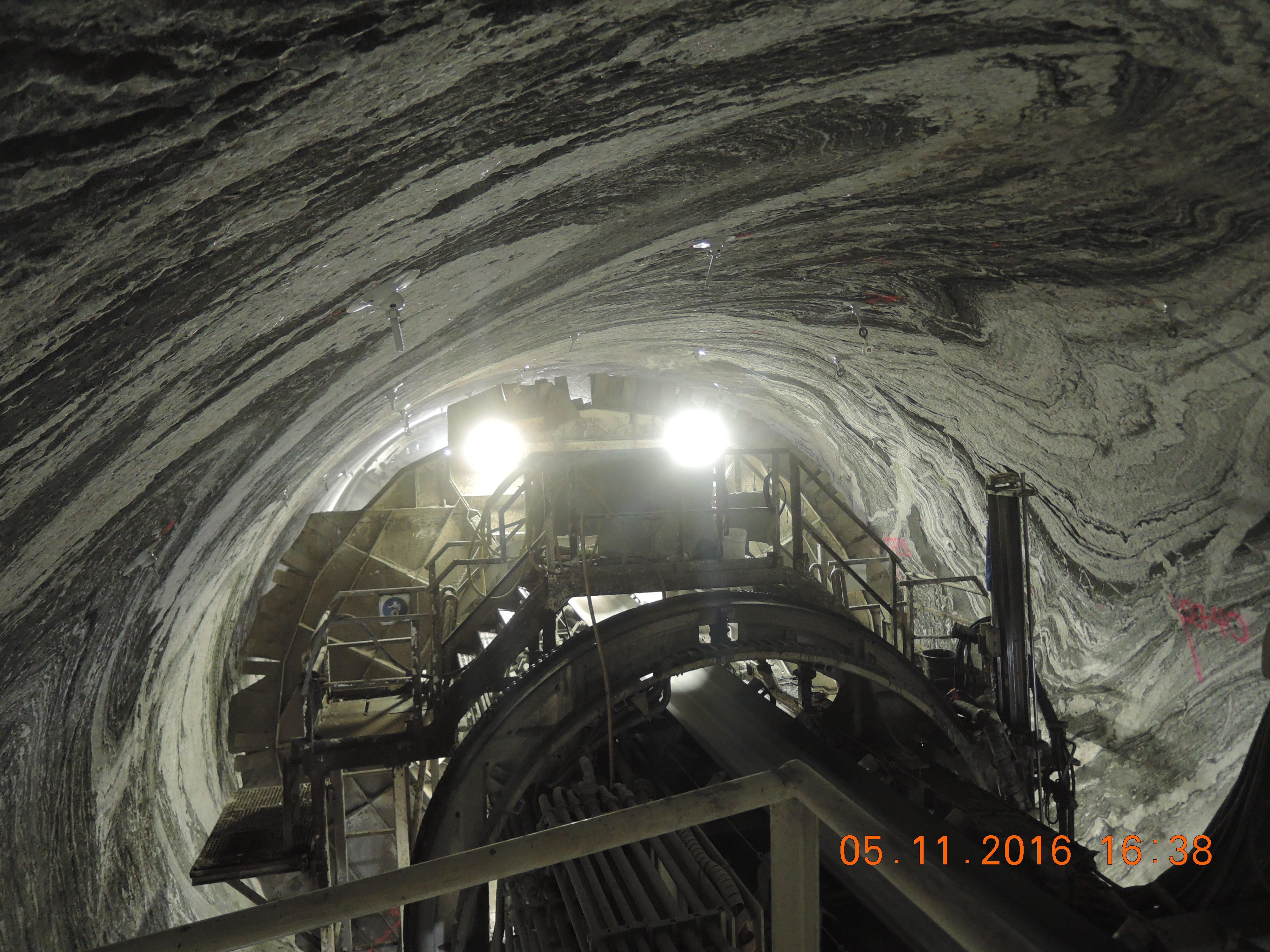 Tunneldrift gjennom foldete gneiser, med mønstre som ble til både før og under Den kaledonske fjellkjededannelsen.