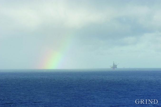 På plattformene langt ute i havet er tusenvis av mennesker i arbeid med å hente opp petroleum fra reservoarene et par kilometer under havbunnen.