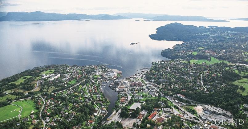 Osøyro fremst og «Framneset», landet som stikk lengst ut i Bjørnafjorden, frå Lekvenvågen til Bjørnatrynet, bak til høgre