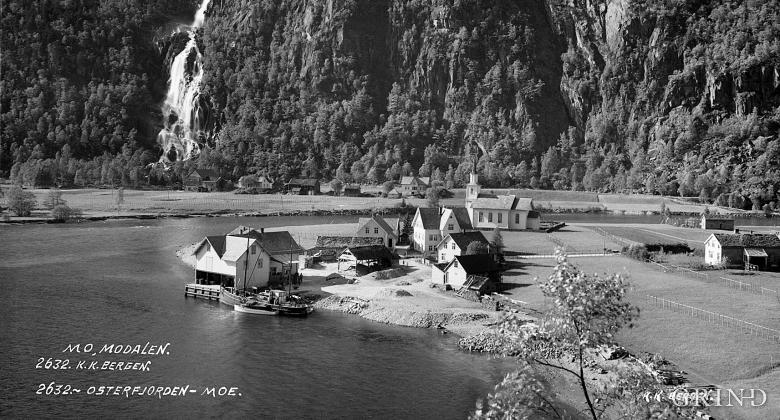 Mo med Otterstadgarden i bakgrunnen tidleg på 1900-talet