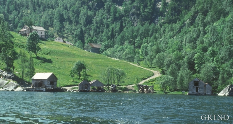 The Nottveit farms are situated without road access at Mofjorden.