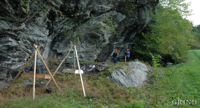 Frå utgravinga i Hallgrimshelleren i 2005. Stativa vart nytta til å sikte materialet.
