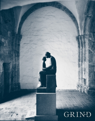 Hans Jacob Meyers skulptur Mor og barn fra 1954, tårnfoten, Nonneseter kloster