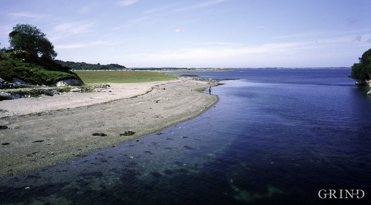 Sandy beach to the west of Kallsøyna, outermost Valen