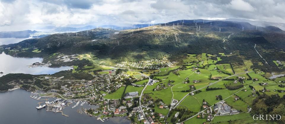 Vindkraftanlegget på Midtfjellet med bygda Fitjar i framgrunnen.