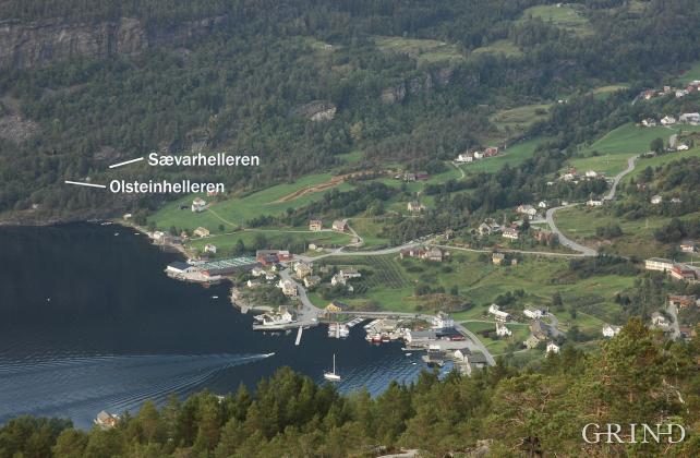Sævarhelleren og Olsteinhelleren ligg under partiet med bergoverheng av grønskifer nord i bygda. Hellerane låg nær stranda då dei var i bruk, men ligg i dag 37 og 25 meter over havet på grunn av landhevinga