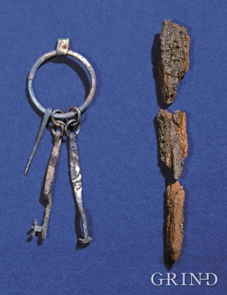 Bronze keys and remains of a wooden stick from Døso.