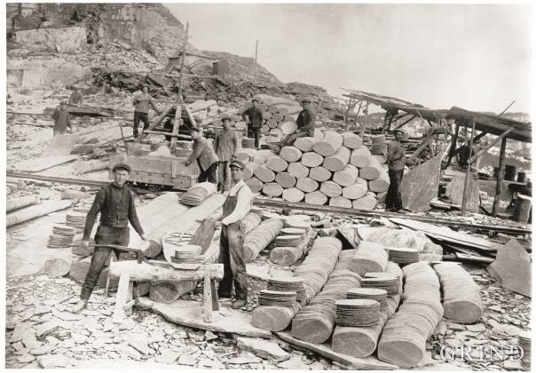 Arbeid med takheller i skiferbrotet på Nordheim kring 1900