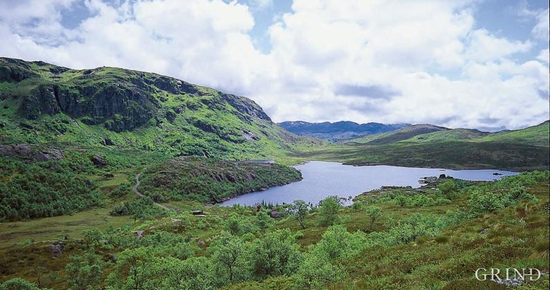 Landskapsdraget sørover langs Krokavatnet og Bjørndalsvida i Etnefjella følgjer Etneforkastinga