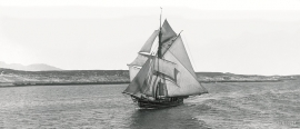 A Hardanger sloop in full sail on the Trøndelag coast.
