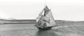 A Hardanger sloop in full sail on the Trøndelag coast.