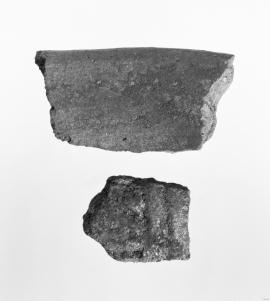 Øvst keramikk, nedst  skår av spannforma leirkar frå eldre jarnalder.