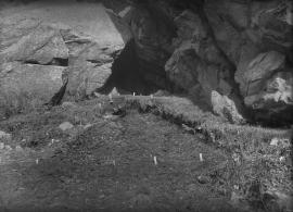 Detaljbilete frå utgravinga i hola.