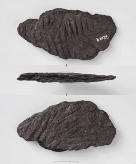 Eit fragment av ei bakstehelle funne under utgravingane av Kjerringholet. (Universitetsmuseet i Bergen)