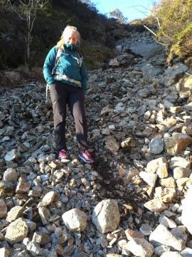 Skaret på vei opp til Løvstakken er fylt av skredmateriale, ved kraftig nedbør kan det utløses flomskred her.