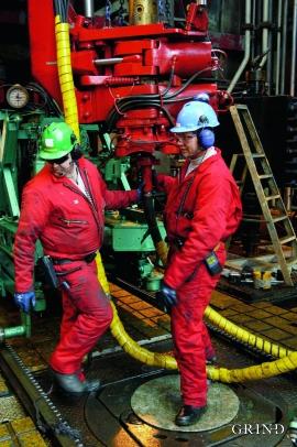 På plattformene langt ute i havet – og i kontorene på land – er tusenvis av mennesker i arbeid med å hente opp petroleum fra reservoarene et par kilometer under havbunnen.