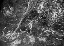 Guttorm Gjessing, som då var arkeologistudent, under utgravingane av Ostrabakkjen i 1927.