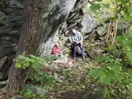 Ostrabakkjen i 2017. Arkeologen Gitte Hansen og geologen John-Inge Svendsen. Forskarane er skifta ut (jamfør biletet over), men treet er det same.