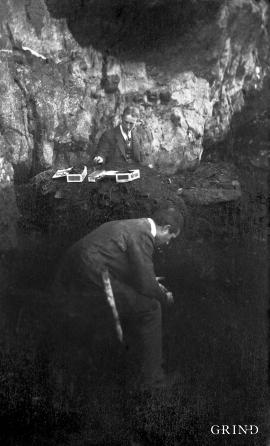 Aug. Brinkmann og Haakon Shetelig under utgravning av Ruskeneset i 1916. Den gangen var det viktig å ha antrekket i orden.