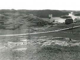 Bilete frå 1941 då gravplassen ved Blomvåg kyrkje vart etablert og  kvalbeina vart funne (Knut Fægri).