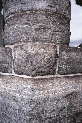 Steinen i store bergensbygg, som Jernbanestasjonen (1913) er frå Skreien.