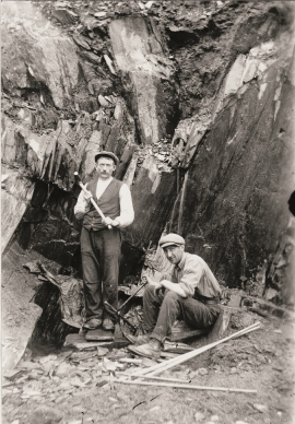 Johannes Håheimsnes and Ola Frette in the slate quarry at Øvernes in Stordalen in the 1920s.