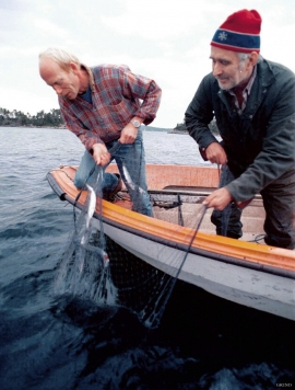 Environmental protection leader Nils Kvalvågnes and farmer Ola R. Lygre on a herring fishing excursion in Lindåsosane.