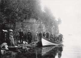 Familiane Hoff Rosenkrone og Weis Rosenkrone på tur med vengjebåten i 1890