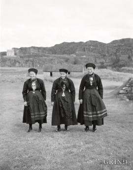 Helgekledde koner frå Landro kring 1937