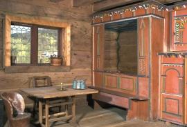 Det forseggjorde sengeloftet er prega av renessansens klassiske stilformer; eit utsøkt snikkarhandverk