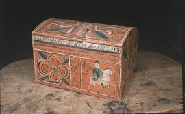 Eit karakteristisk «skautskrin» frå Hardanger med storlagd rankedekor