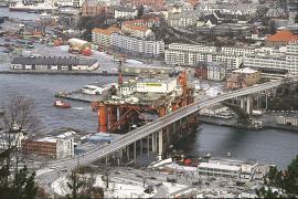 Oljerigg i møte med Puddefjordsbroen etter stormen 23. januar 1994. (Helge Sunde)