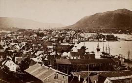 Utsikt fra Fredriksberg mot Verftet og Sydneshaugen .Foto: Marcus Selmer ca.1869. Billedsamlingen, Universitetsbiblioteket i Bergen