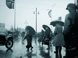A rainy day at the Fish market, in the 1930s. (Alf Adriansen)