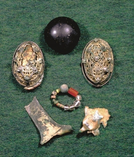 Finds from the woman's grave at Trå.