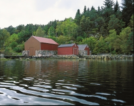 The walls in the boathouse in Hopssundet are built of red granite from Reksteren.