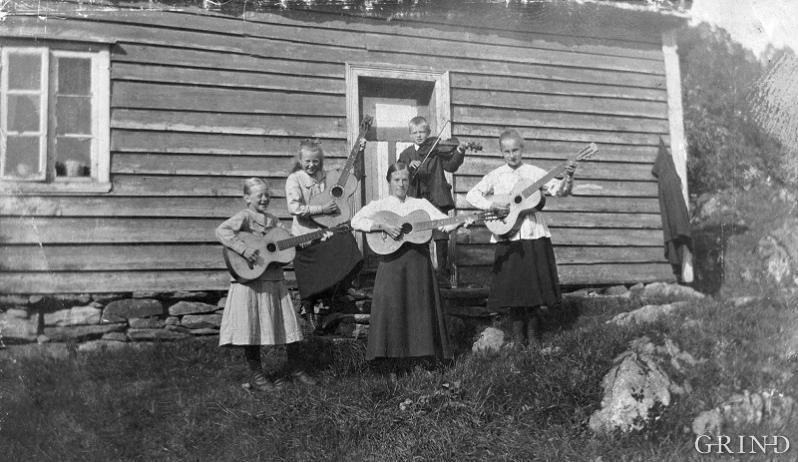 Ei kristen song- og musikkgruppe leia av Laura Bjørsvik, Lindås, ca. 1930