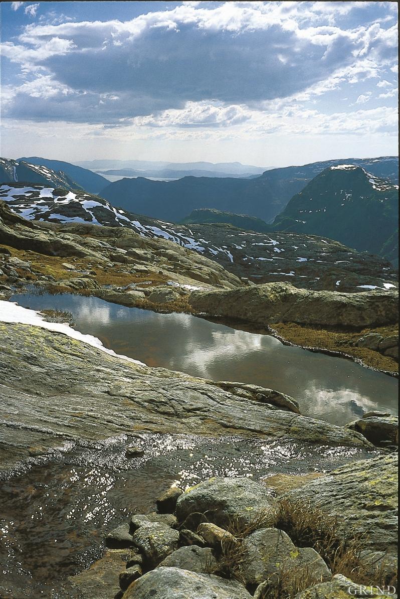 Fra fjellet foran Folgefonna, ovenfor Mauranger. Fjell er sterkt, men i det lange løp er vann sterkere – vannet filer og sliper gjennom millioner av år. (Svein Nord)