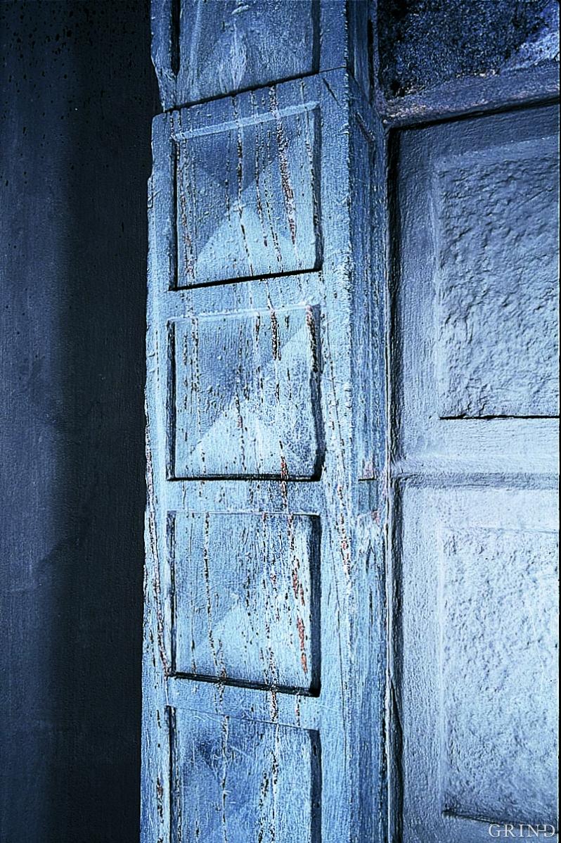Steinen fra Gravdal, en myk grønn skifer, er brukt i gesimser og i dørportalen i Norges bank.