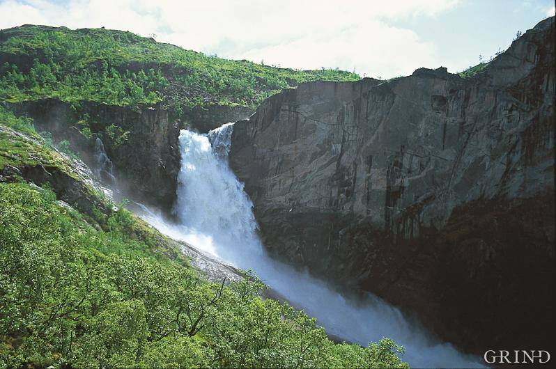 Den freda Valursfossen markerer dalenden til Hjølmodalen i Eidfjord